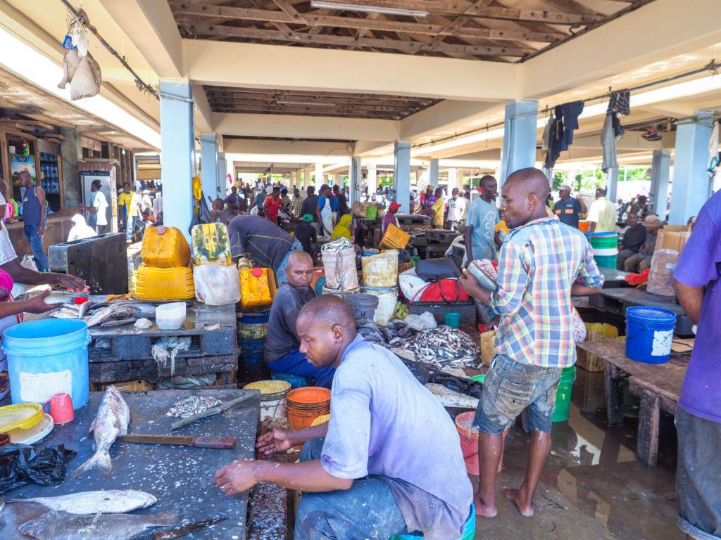 魚市場も賑わっています。