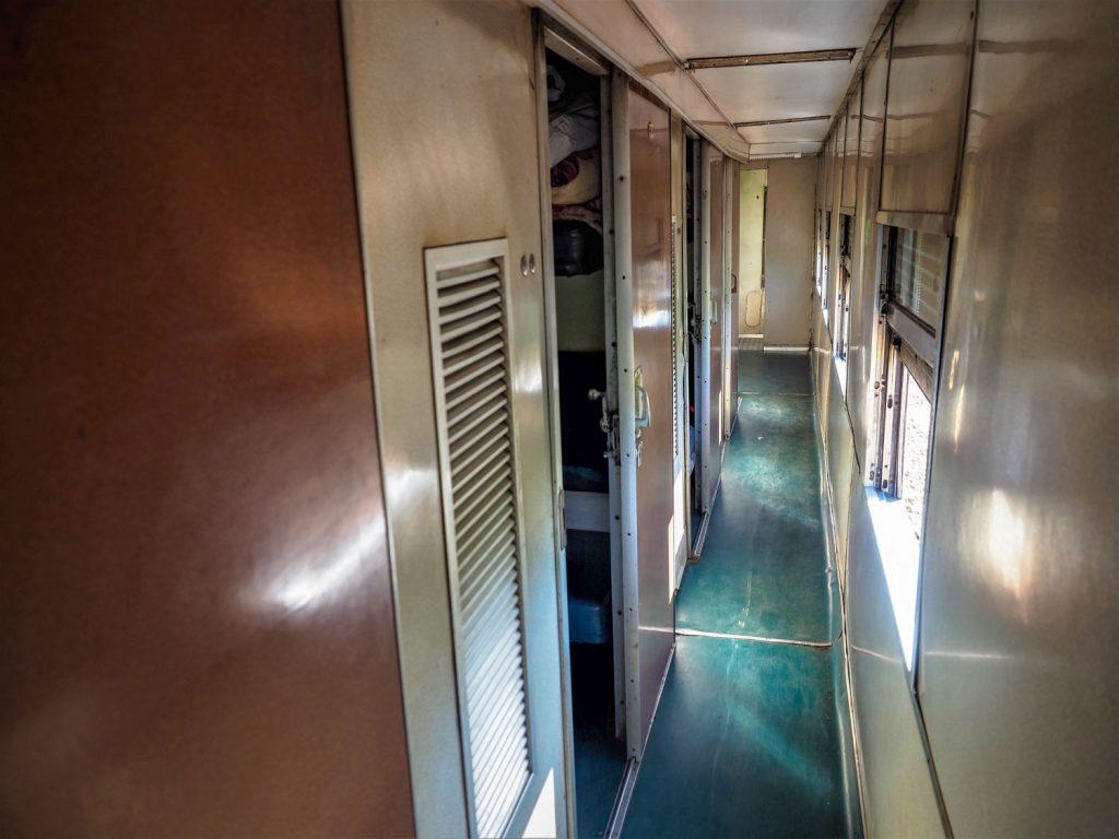 客車内の狭い廊下を通って、客車キャビンへと向かいます。