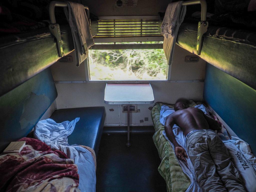 キャビン内はこんな感じ。二段ベッドが向かい合うように配置されています。