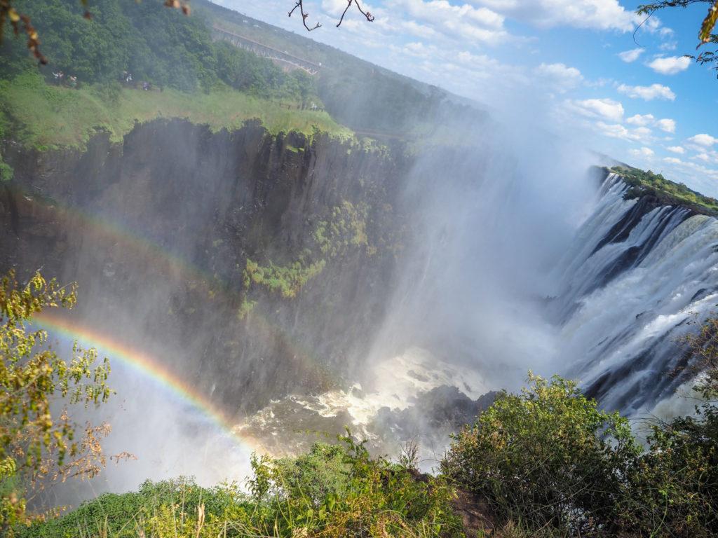 ジンバブエ側と違って、ザンビア画では、滝のギリギリ際まで近づく事が出来るのでより迫力があります。