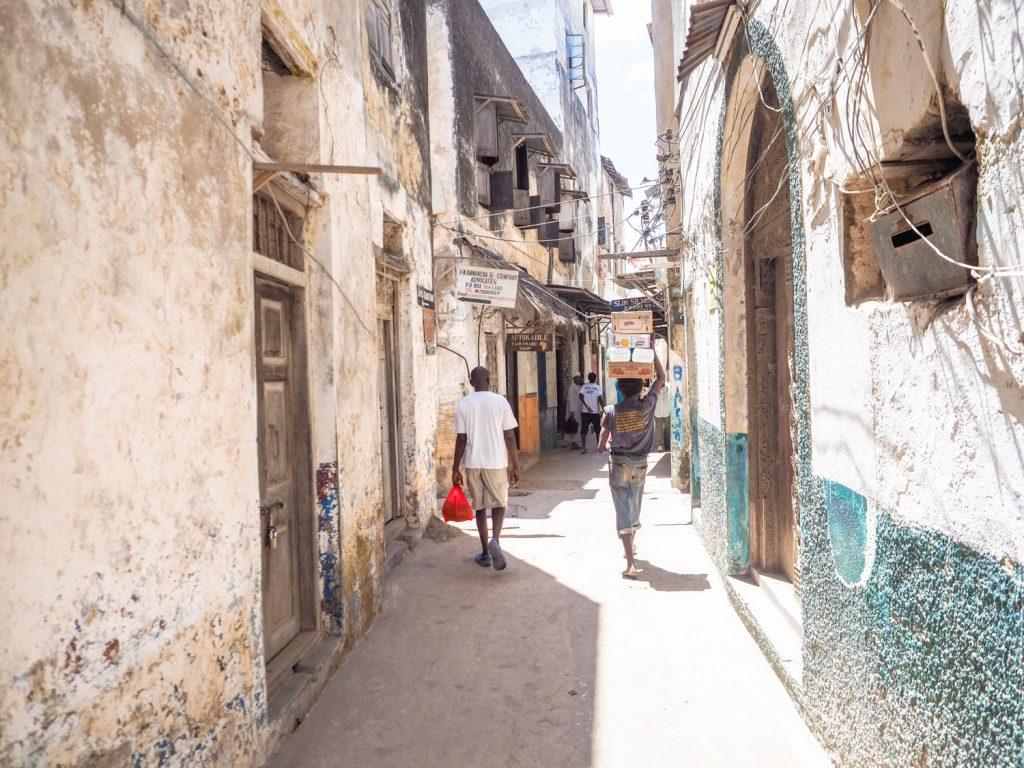路地に入るとまるで迷路のように石の街が広がります。