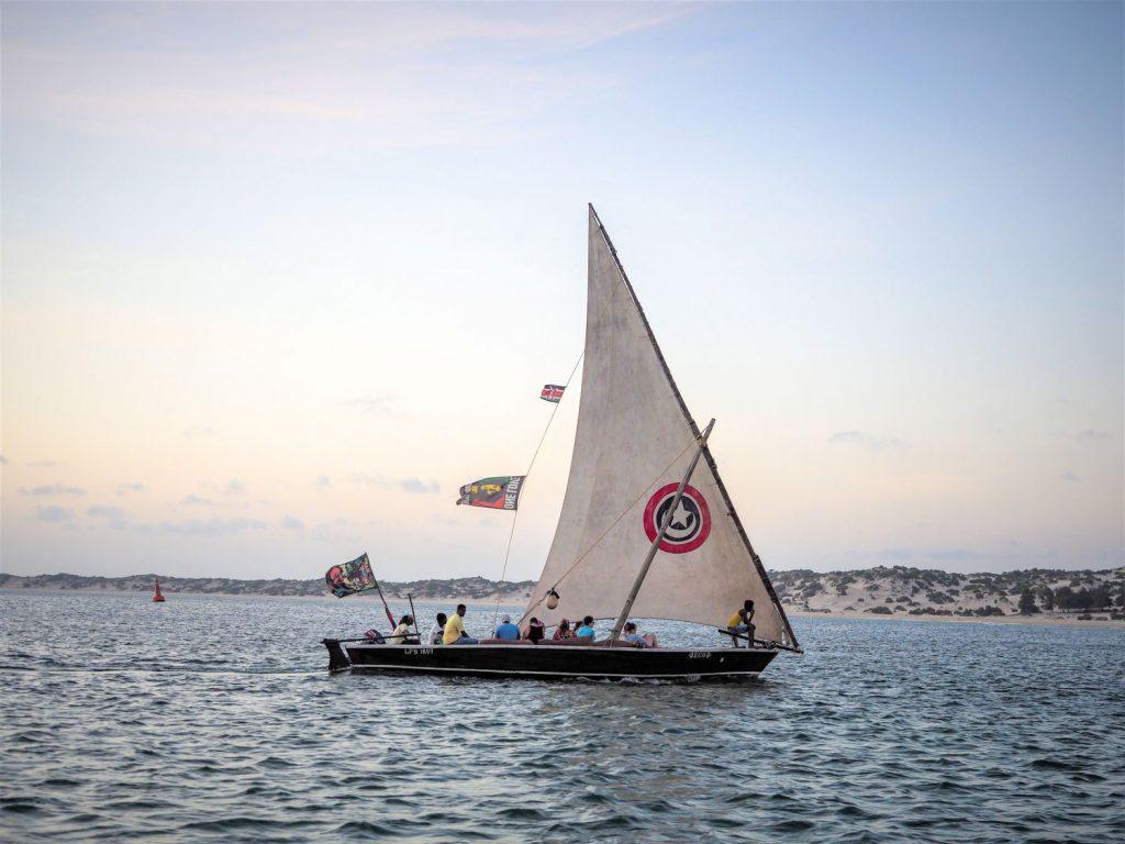 夕暮れ時、明日からの航海に備えて、一回り小さなダウ船で島の周りを2時間ほどのショートクルーズ。「モザンビーク・スタイル」と呼ばれる船尾が細い形状をしたダウ船です。