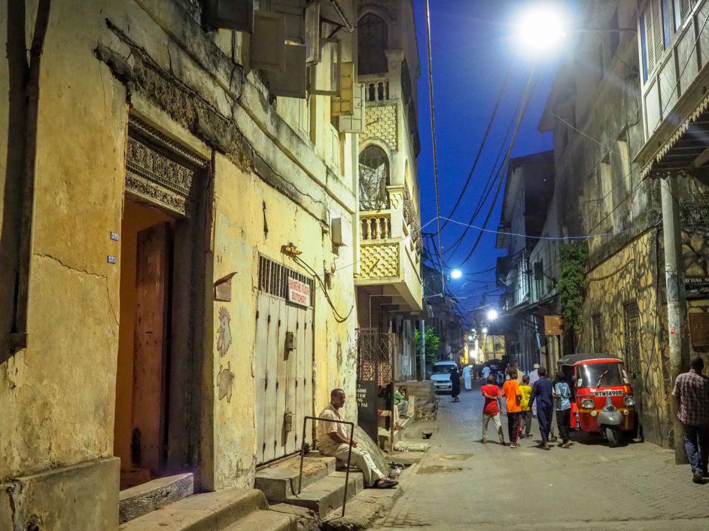 夜の旧市街。何とも言えない雰囲気があります。