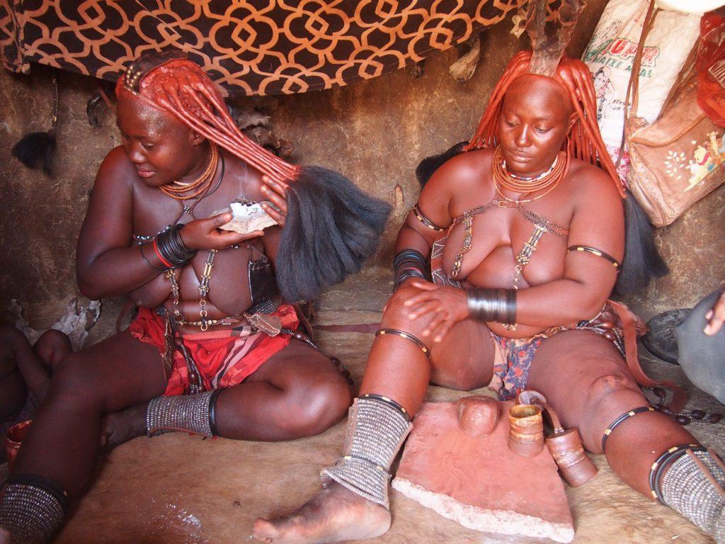 右の女性は煙を浴び、左の女性はオーカを塗っています。
