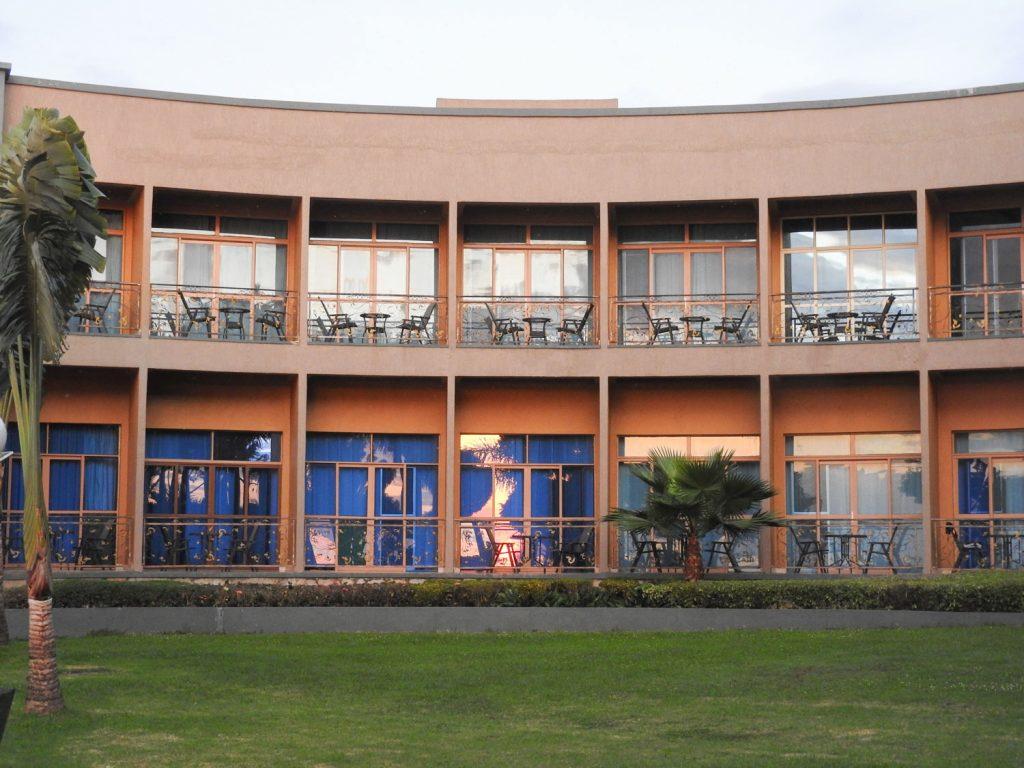 ウガンダのエンテベに到着して、空港近くのホテルに宿泊です。