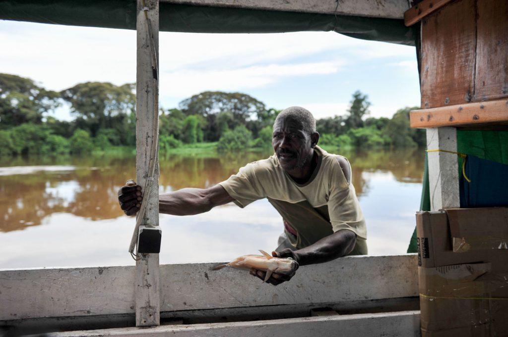 魚を売りにきます。地元の方々には重要な現金収入となります