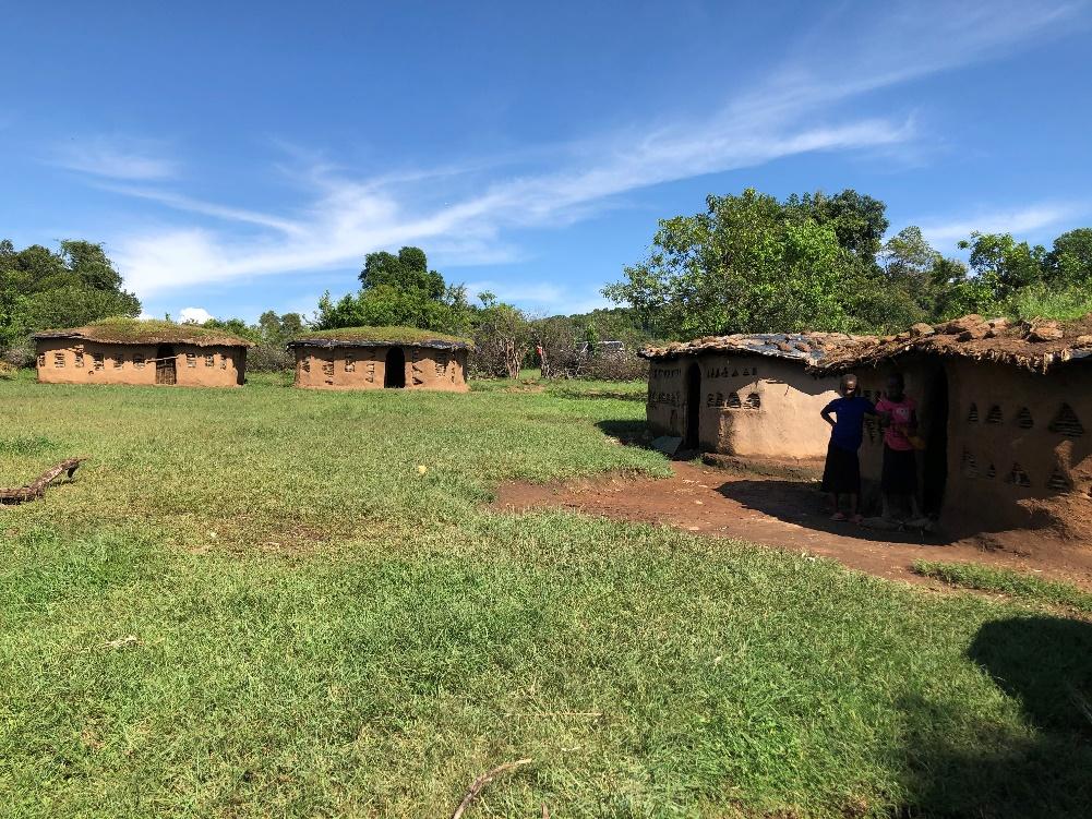 マサイの村に到着。この日は牛糞と土や藁でできた家に宿泊します。