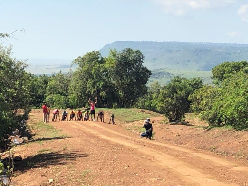 個人的に日本で陸上短距離をやっている事もあり、今回、マサイの若い人達とどうしてもやりたかった50m勝負が実現!村の俊足自慢達が集まってくれました。