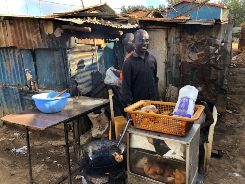 揚げパンを販売しているおじさん。キベラの中でもかなりの商売人との事。その秘訣を聞いてみると、、、売上の一割は周囲に還元する事だそう。周囲の人を思いやる気持ちは素晴らしいです。