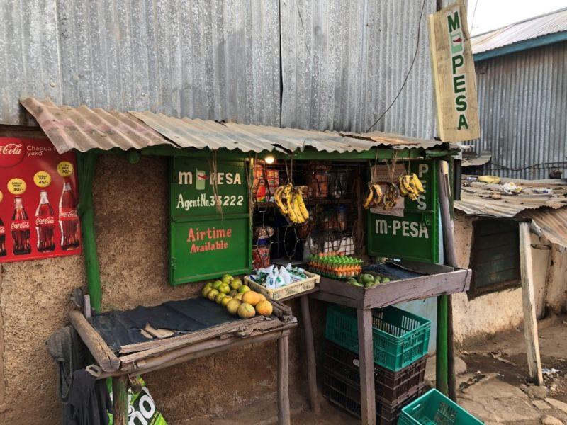 ケニアにいるとどこでも見かける『M-PESA』(モバイル回線を使用した電子マネー送金や決済ができるサービス)ケニアの貧困層は、銀行の金融サービスを受けられない。その為、田舎から出稼ぎに来た人達が故郷に送金できない状態をこのMPESAが解決してくれる。もちろん貧困層だけでなくほとんどのケニア人はこのシステムを利用しているとの事。日本よりもフィンテックが発達しており、ITは貧困を救う事ができると実感しました。