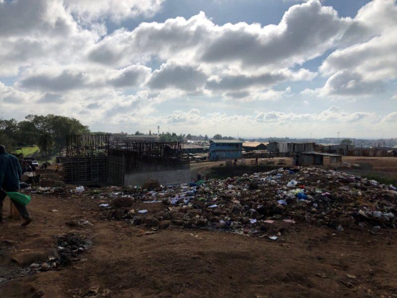 ゴミの山とその奥は国道の建設が進んでいます。スラムは国の土地に勝手に住んでいるという扱いで、開発のために家が強制撤去されることがよくあるとの事。
