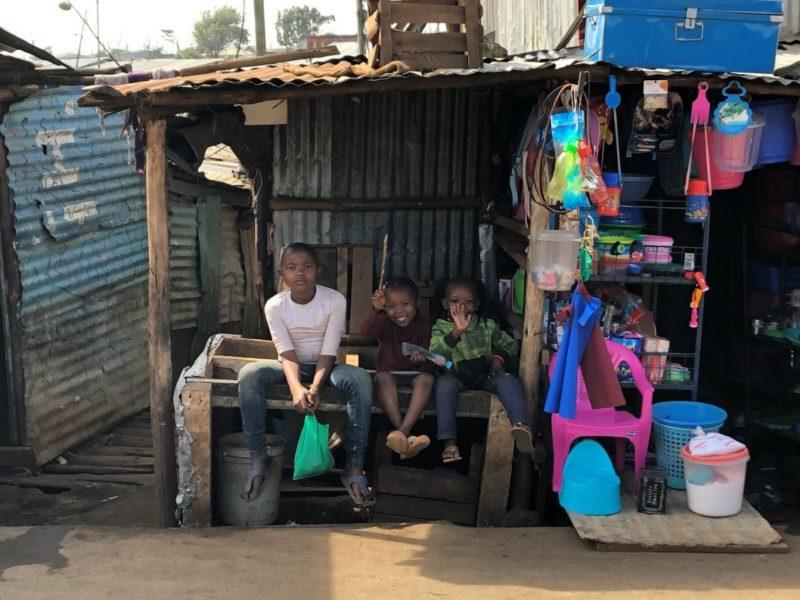 キベラには子供が非常に多いです。すれ違う子供達はみんな笑顔で挨拶してくれます。思った以上にみんな明るいんですね。