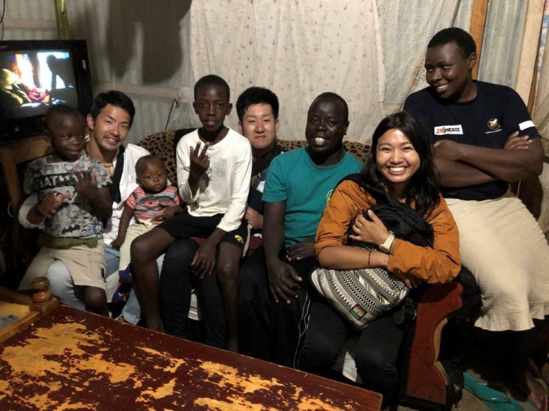 オギラ先生宅に訪問。お子様が病気なのに、薬が不足していてなかなか治療が受けられないとの事でした。そんな中でも家族全員がみんなで支えあって暮らしている事を教えてくれました。