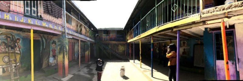 校舎は壁にいろんな絵が描かれておりカラフルで楽しそうな雰囲気。