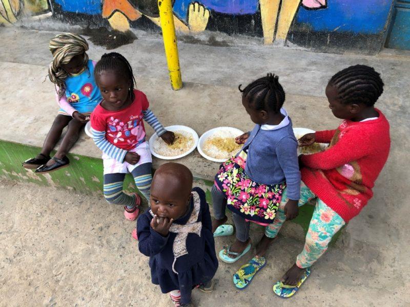 仲良く給食を食べている風景。毎日OB・OGの方やお母さん達が全員分を作ってくれています。みんなで支えあって暮らしていますね。