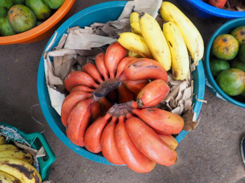 名物の赤バナナ。ムトワンブで清算されるバナナには、赤バナナ、黄バナナ、緑バナナと3種類があります。