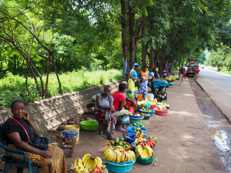 道端にも、バナナのたたき売り?のおばちゃんたちがズラリと並びます。