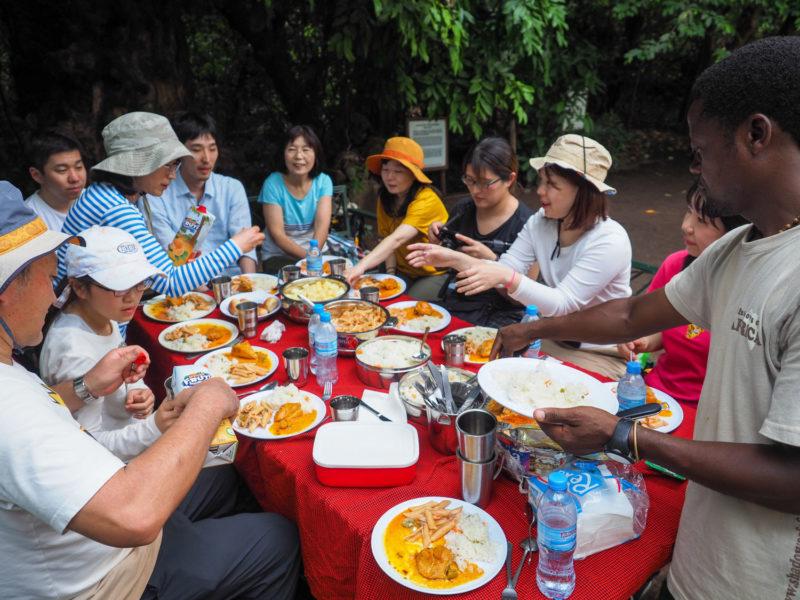 まずは公園入口の広場で腹ごしらえ。キャンプツアーの楽しみは何と言っても食事。同行してくれるコックさんたちが、毎回腕によりをかけて、私達の為だけに料理してくれます。