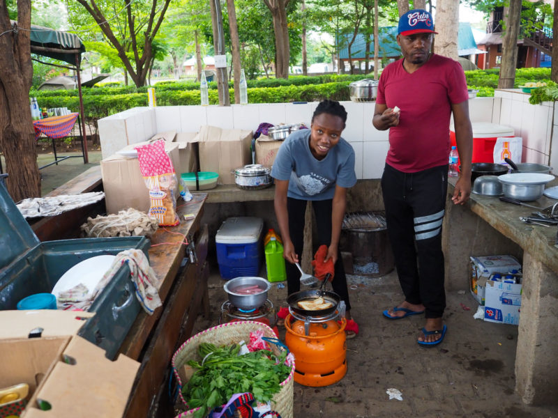 テント設営に、毎度の食事にと大活躍してくれるコックさんのコンビ。2人組体制でばっちり旅をサポートしてくれました。
