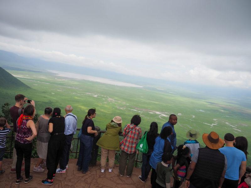 カルデラ(火口原)を見下ろすクレーターも人でいっぱい。また数日後にここに戻ってきます。