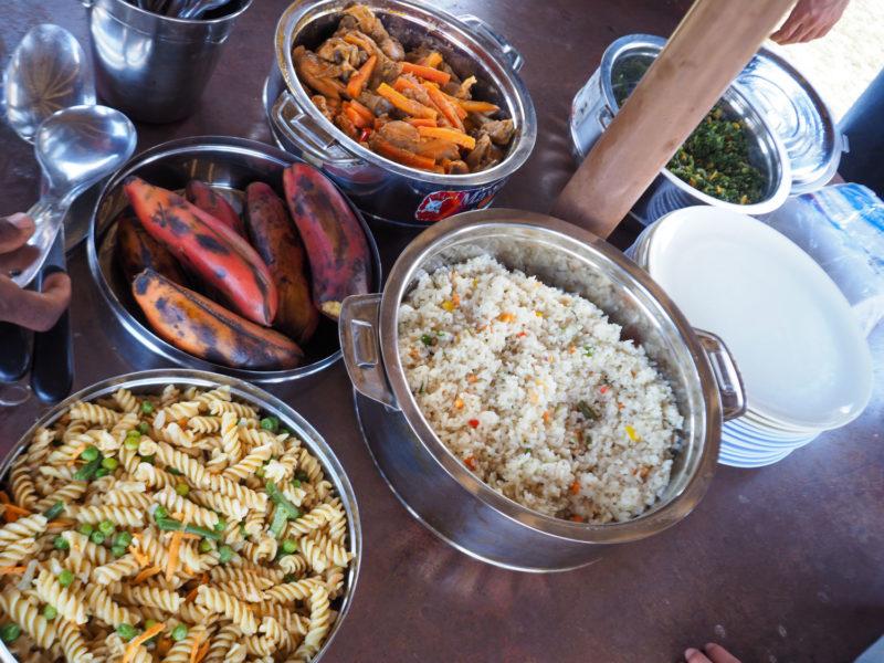 サファリの合間の食事も楽しみ。贅沢なブッシュランチです。