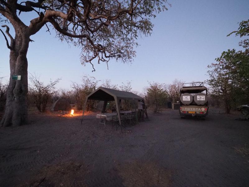 サブティのキャンプサイトの夕暮れ。長いサファリの1日が終わります