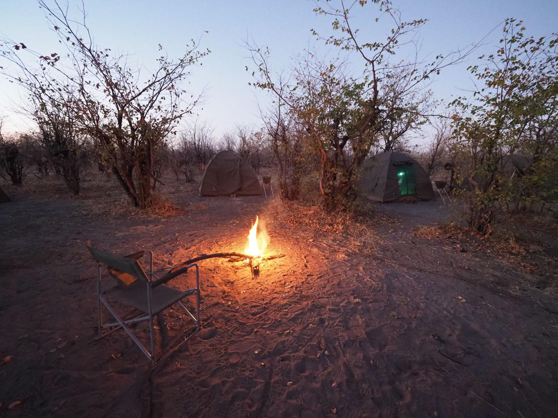 暮れなずむ空を眺めながら、焚火の傍でくつろぐ至福の時間