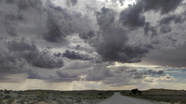 カラハリの空~夕立ち前の曇天