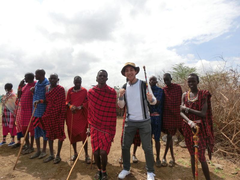 途中でマサイ村を訪問。一緒に飛び跳ねました。