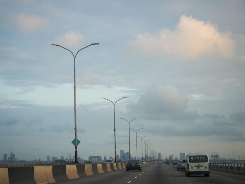 空港からハイウェイを通って街の中心地へ。首都ラゴス。人口1,500万とも2,000万ともいわれる世界でも有数のメガシティです。