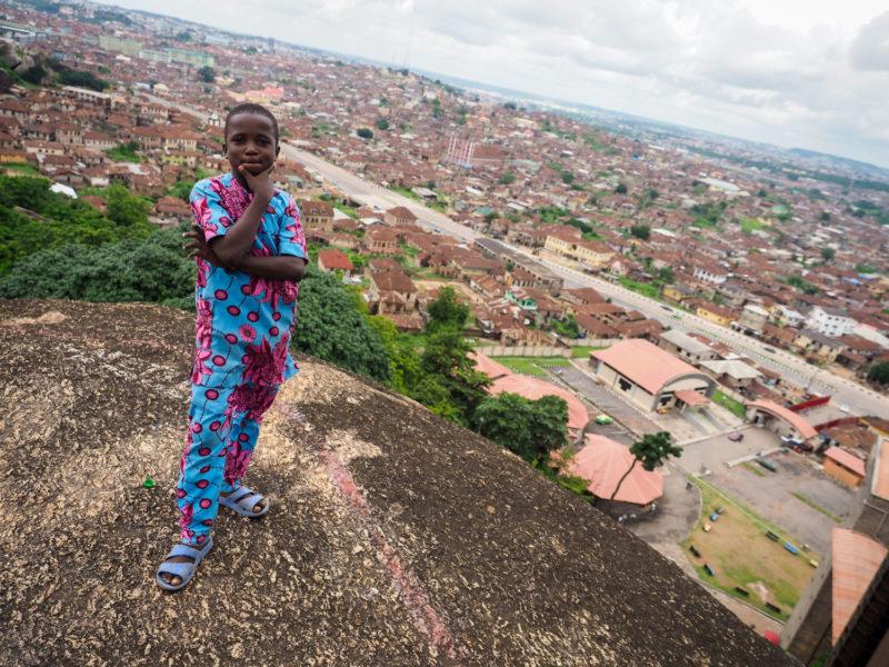 オルモ岩の上まで登って眺めるアベオクタの街並みと、その辺にいた少年。