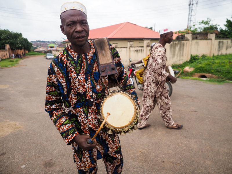 道中で立ち寄った「オヨ」の街。突然けたたましいドラムの音が鳴り響きました。