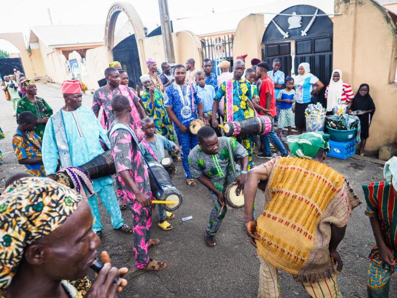 この日に遭遇したのは、オリシャ(=神々)のひとつ。「オグン」を讃える祭礼でした。太鼓の音に合わせて参列者の熱も上がります。