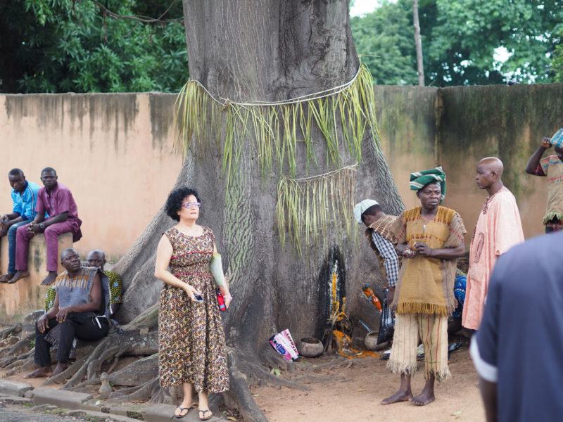 この大きな樹の根元に祭壇が作られ、供物が捧げられます。この後、ちょっとショッキングな生贄シーンがあったのですが、写真はご勘弁を。