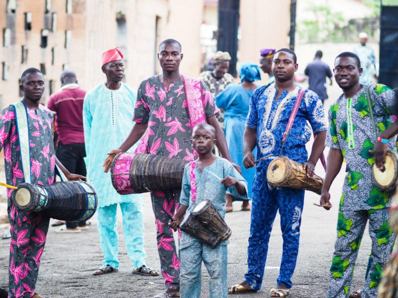 祭礼の間中、太鼓を叩き続けてやり遂げたドラム隊。満足げな表情をしています。
