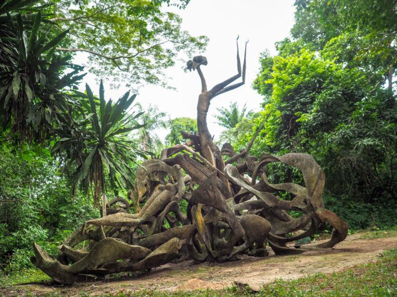 森の入口にはヨルバのオリシャ(=神々)を祀った彫刻が並びます。数年年前に亡くなったオーストリア人の女性彫刻家、スーザン・ウェガーさんの作品。ヨルバの進行に惚れ込んだ人の作品だけあって、不思議と森の景観に溶け込んでいます。