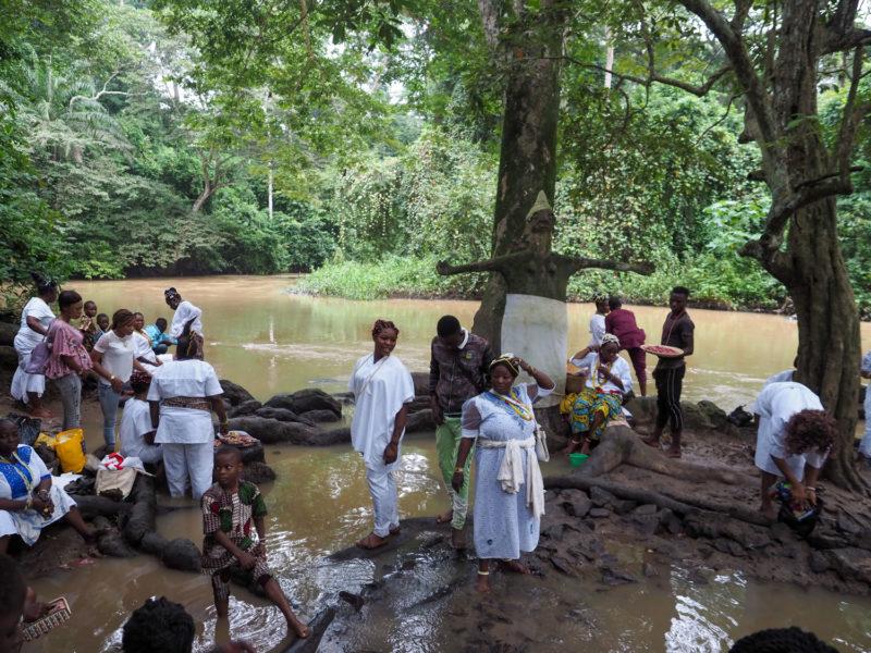 森の最深部にあるのが聖なるオシュンの川。両手を広げているのが水の女神オシュンを現しています。