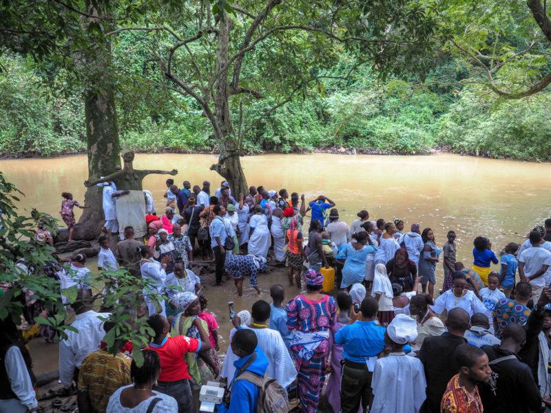 そうこうしている間に人々がどんどん川へと集まってきました。