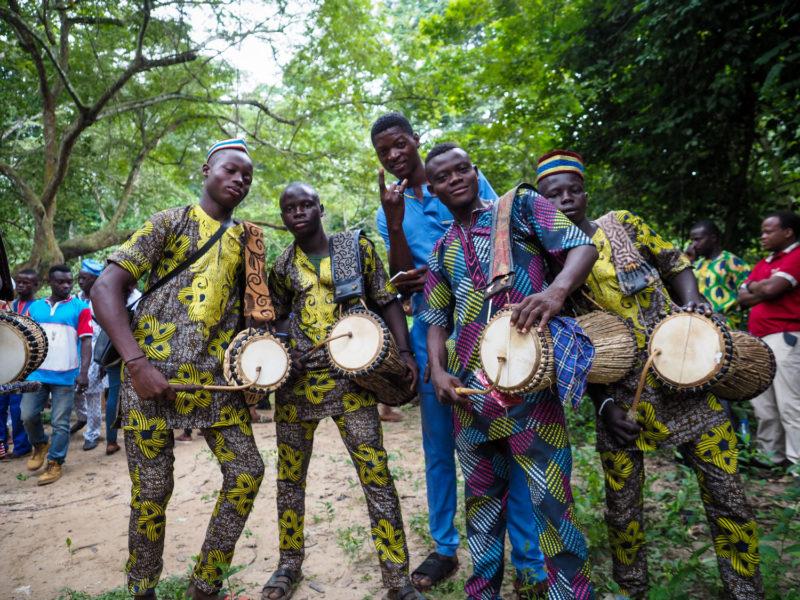 太鼓部隊の少年たちもばっちきりキメてきています。