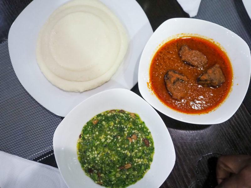 まずは西アフリカ全般で広く食べられている主食の「フフ」。言ってしまえばお餅ですが、蒸したヤムイモやキャッサバ、プランテンバナナをこねてパウンドしたものです。付け合わせは「オクラスープ」これも西アフリカ全般的に広く食べられている「オクラ」のねばねばスープですね。「オクラ」はアフリカの言葉なんです。あとはピリ辛牛肉ソース。