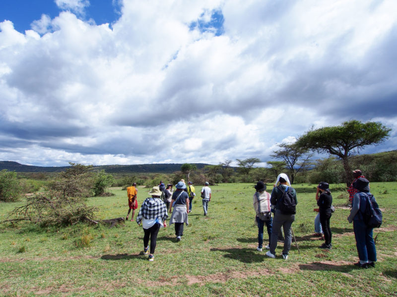 マサイの村人たちと一緒に進んでいきます。