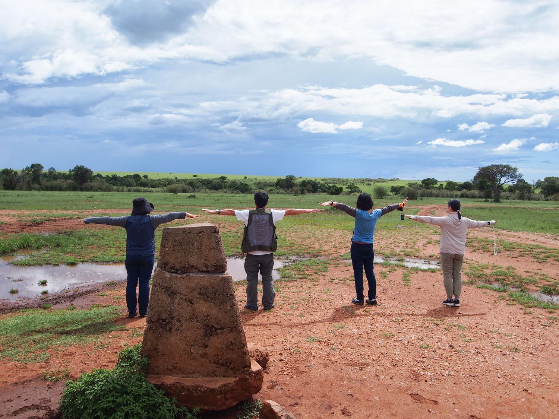 タンザニアとケニアの国境。タンザニア側でTポーズ!