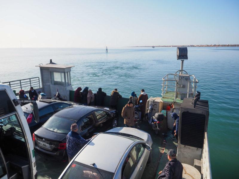 ジェルバ島は地中海に浮かぶ島。本土へは車ごと積み込むフェリーで渡ります。