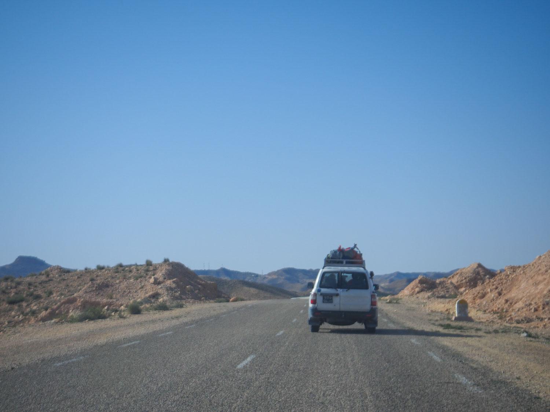 峠道を超え、砂漠の街ドゥーズへとひた走ります。