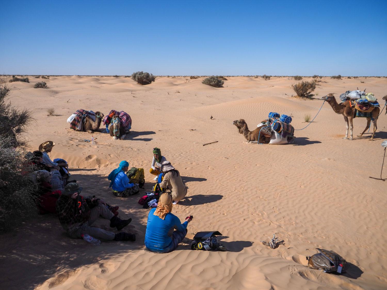 1時間半~2時間ほど歩いては休憩。ラクダたちもお休み。