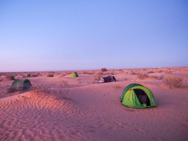 夕暮れ時には砂漠の見晴らしのいい場所を探してテント設営。
