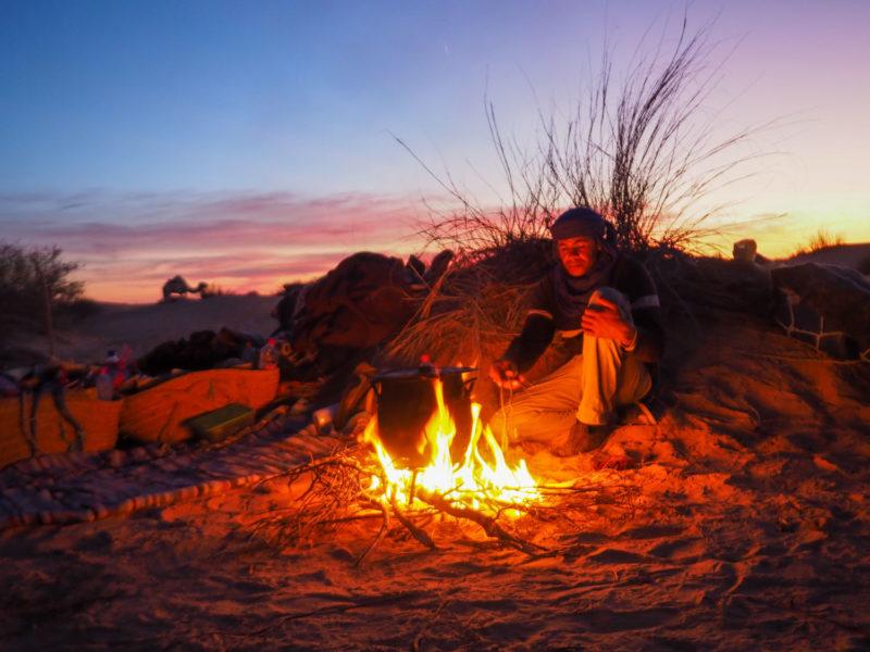 日が暮れるとすぐに寒くなってしまうので、夕食の調理がてらに焚火を燃やします。炎の暖かさが嬉しい。