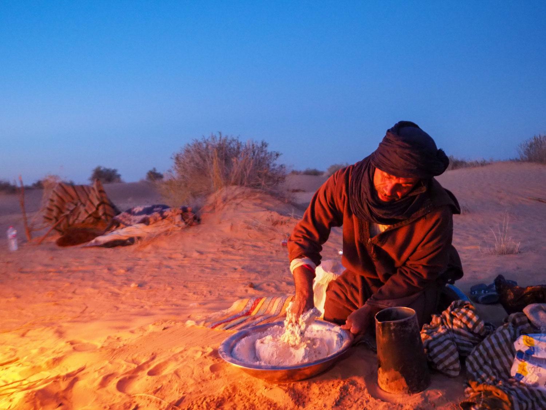 旅の最中の砂漠の料理も楽しみです。一押しなのが、「砂漠のパン」と呼ばれるホブズ・メッラ。