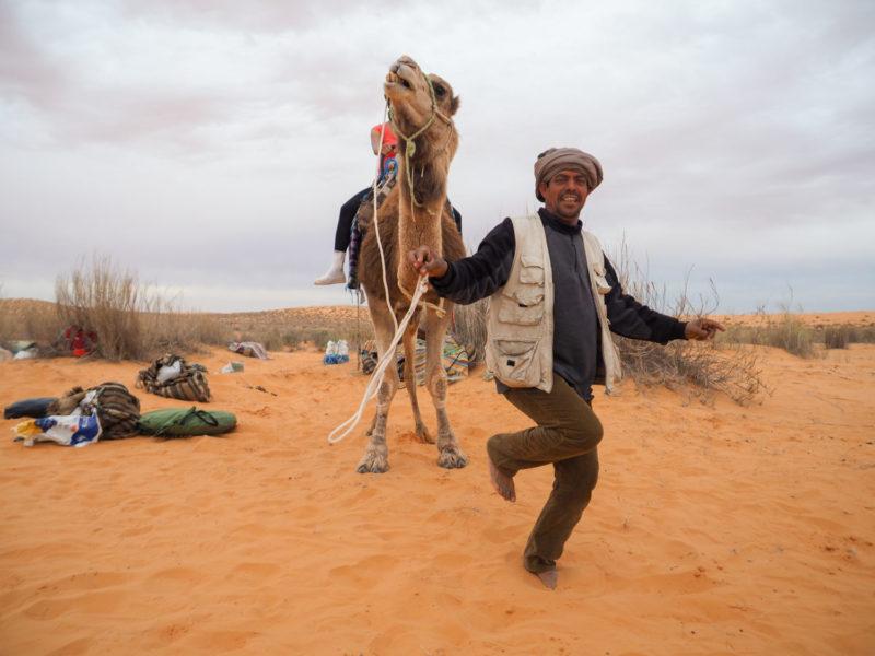 ラクダ使いの男たちはいつでも陽気。
