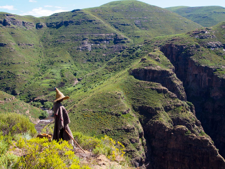 途中で出会う、レソトの象徴とんがりハットをかぶった村人